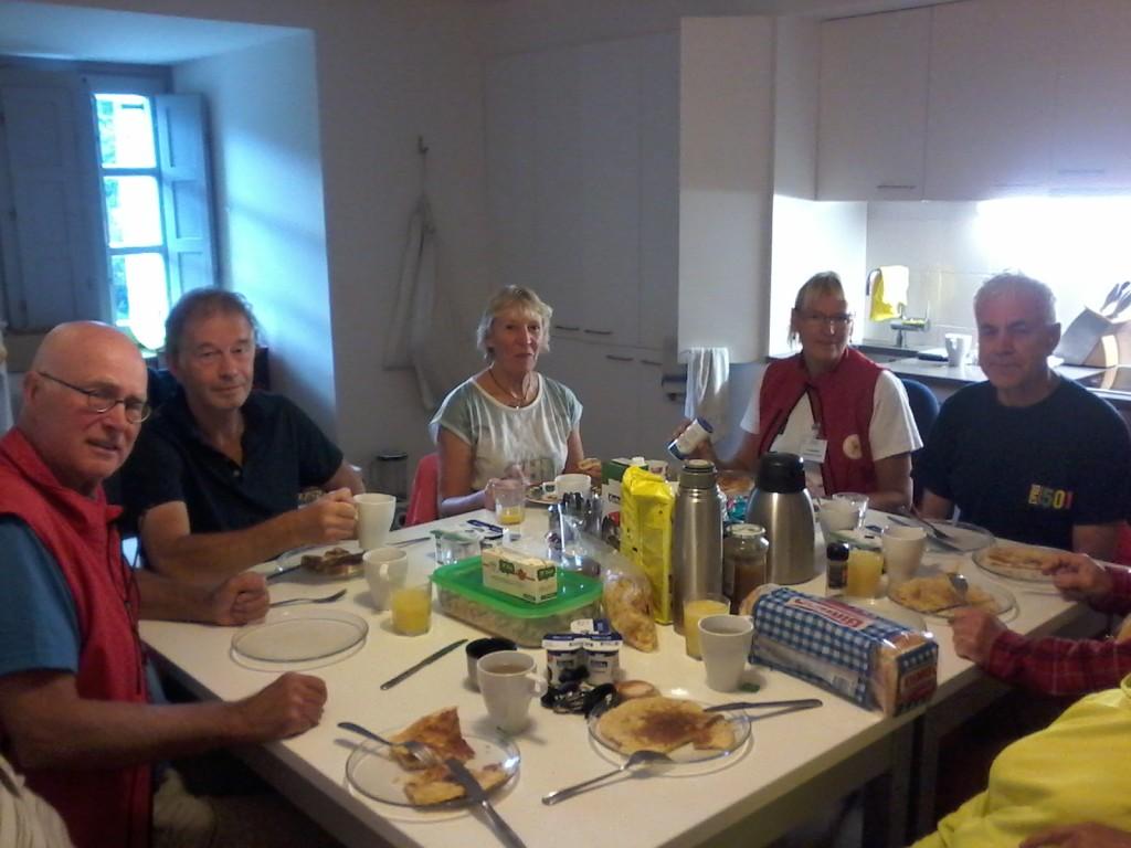Ontbijt met Peter, gasthospitalera Ria, ik, Lies, Cor ....