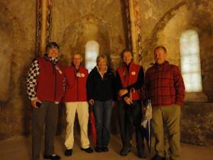 Joke, Dick, Annelies, ik en Helmut in de crypte