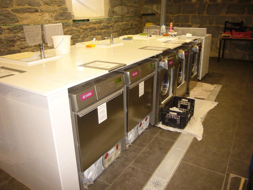 Door hospitaleros bediende wasmachines en drogers