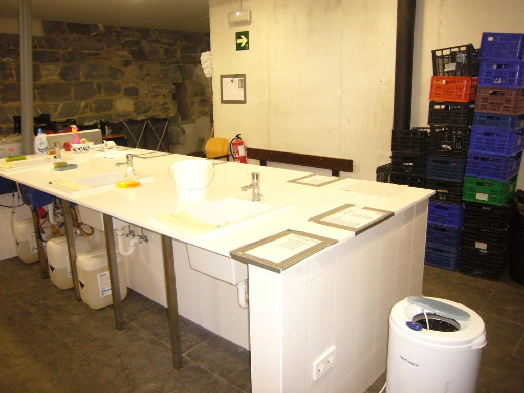 .... en bakken voor de handwas door pelgrims