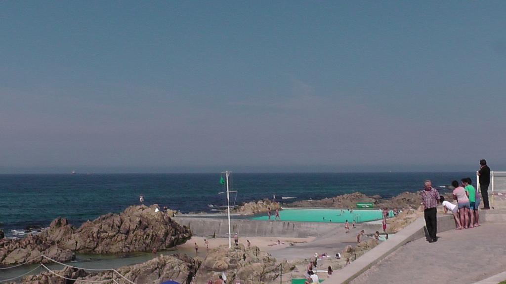 Zwembad in de rotskust, ontworpen door Álvarao Siza Vieira