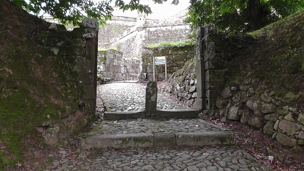 Via de noordelijke poort Valença uit