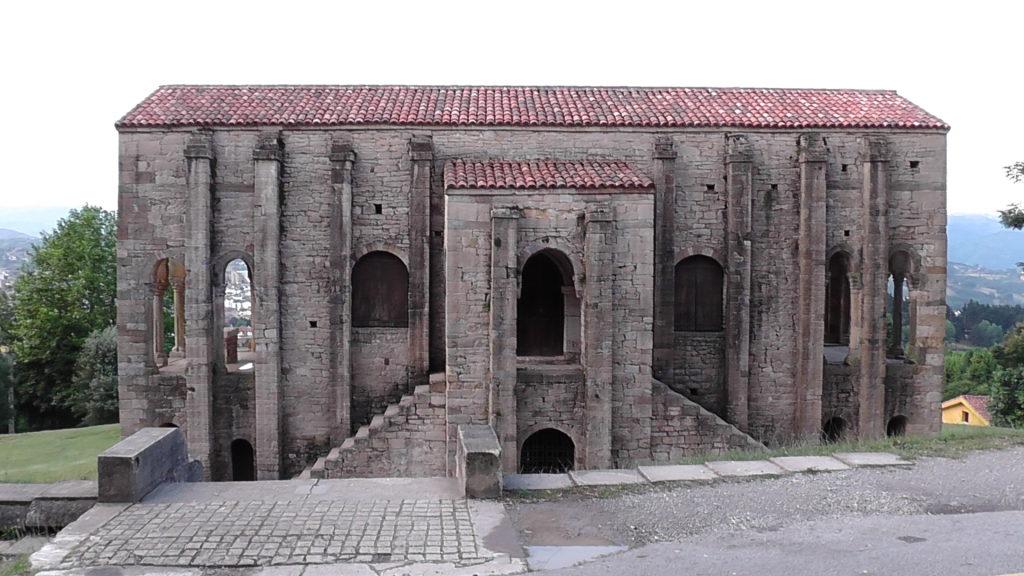 Santa María del Naranco boven Oviedo
