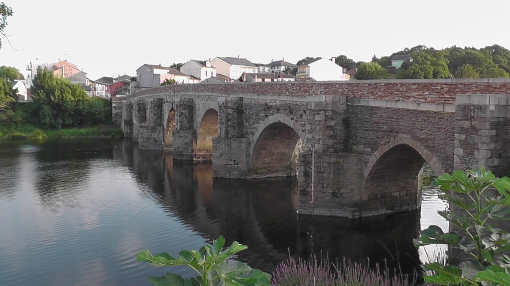 brug over de Río Miño bij Roots & Boots