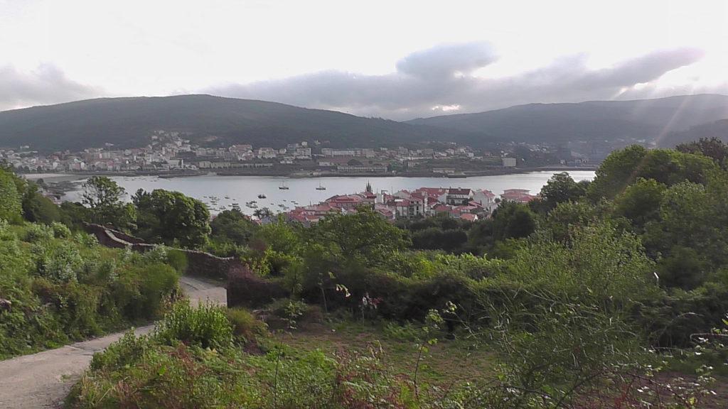 terugblik op Corcubión aan de baai met Cée