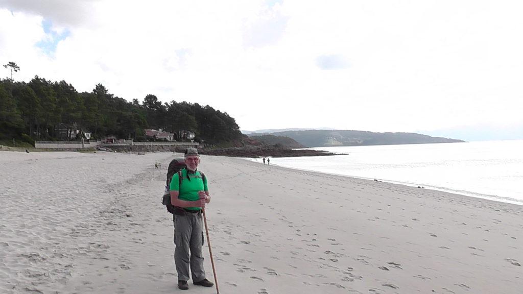 over het strand verder naar Fisterra